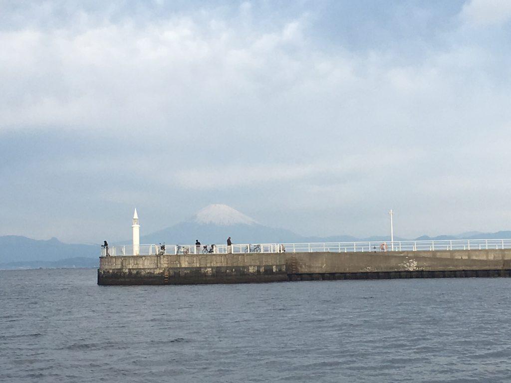 江の島港と富士山